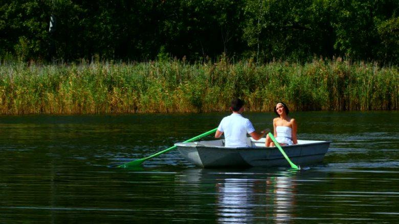 couple boating2_utterlyinfolicious_shutterstock