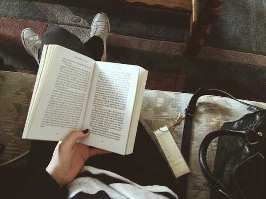 girl reading book_utterlyinfolicious_pinterest